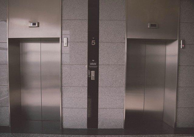 日本研制出無接觸使用電梯的鈎子