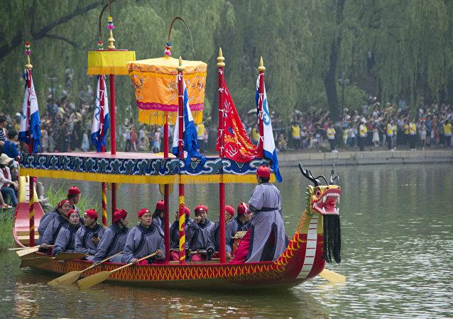 外國大學生在北京參加賽龍舟活動