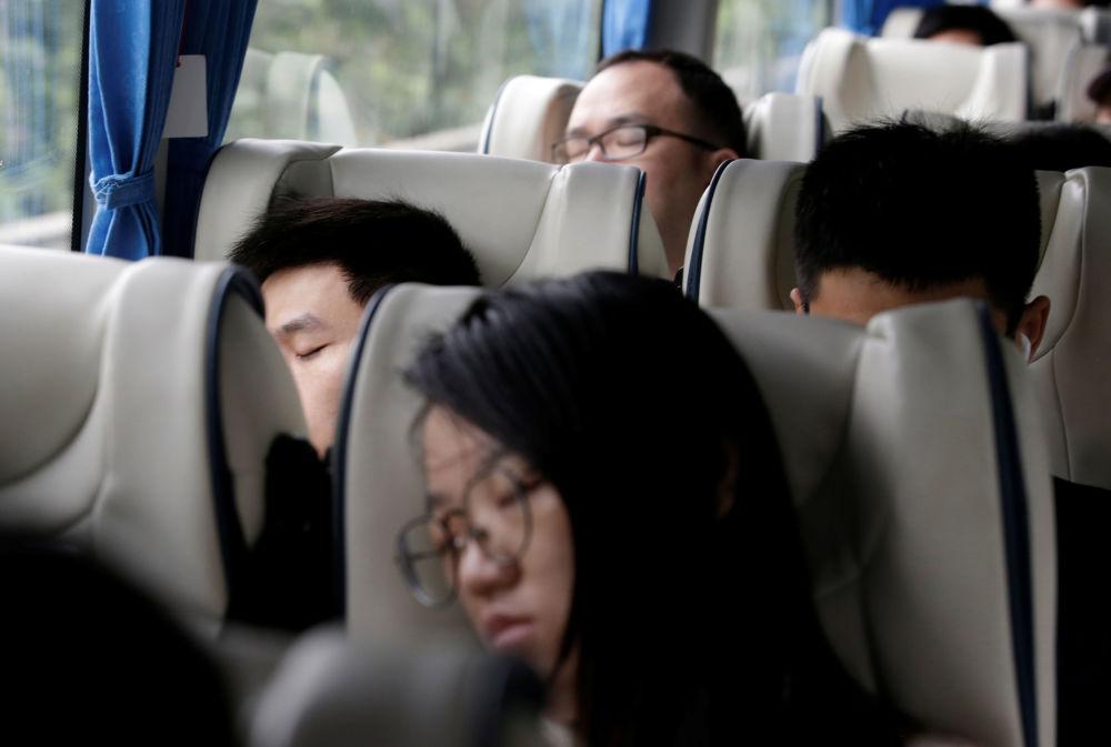 華為公司員工在工作日結束後在公司提供的班車上熟睡