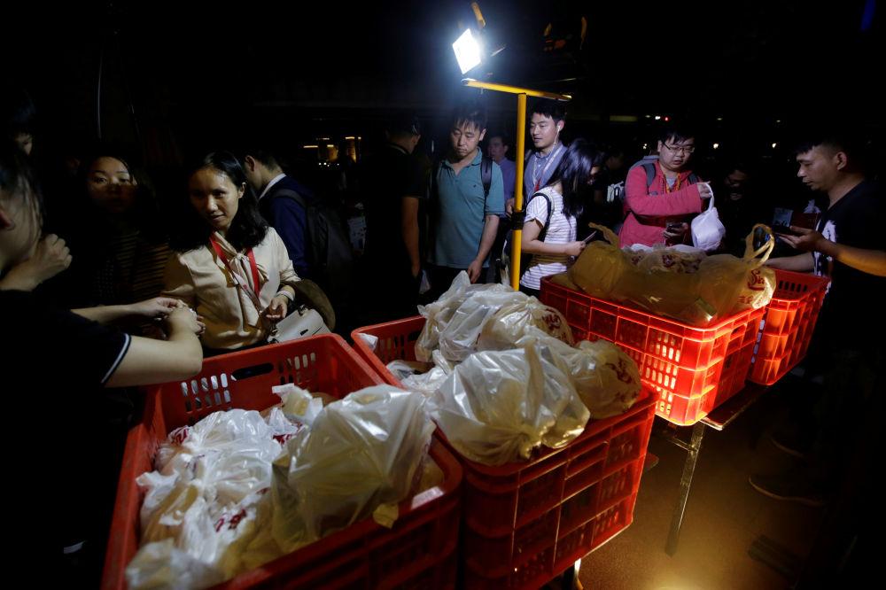 華為公司員工領取免費晚餐,中國東莞