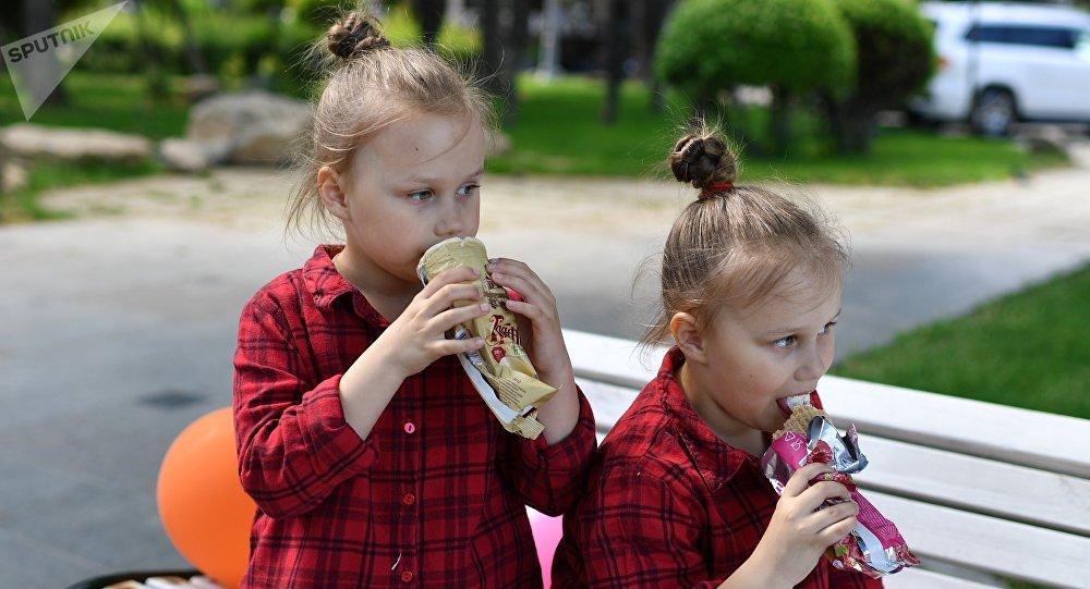 孩子吃冰淇淋