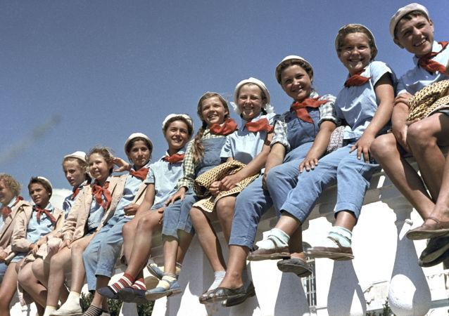 在全蘇「阿爾捷克」列寧少先隊夏令營度假的中小學生們,1963年