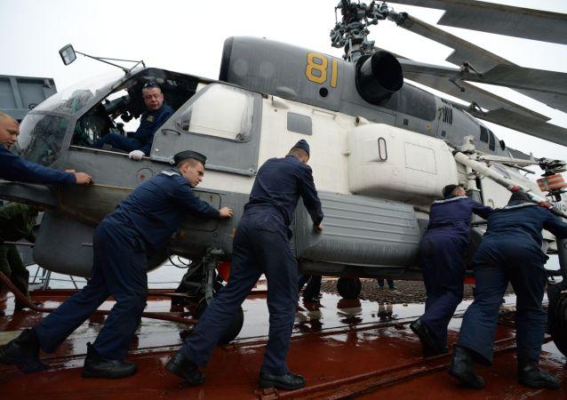 在「Sareks-2019」海上搜救演習中,海員為卡-27直升機起飛做準備