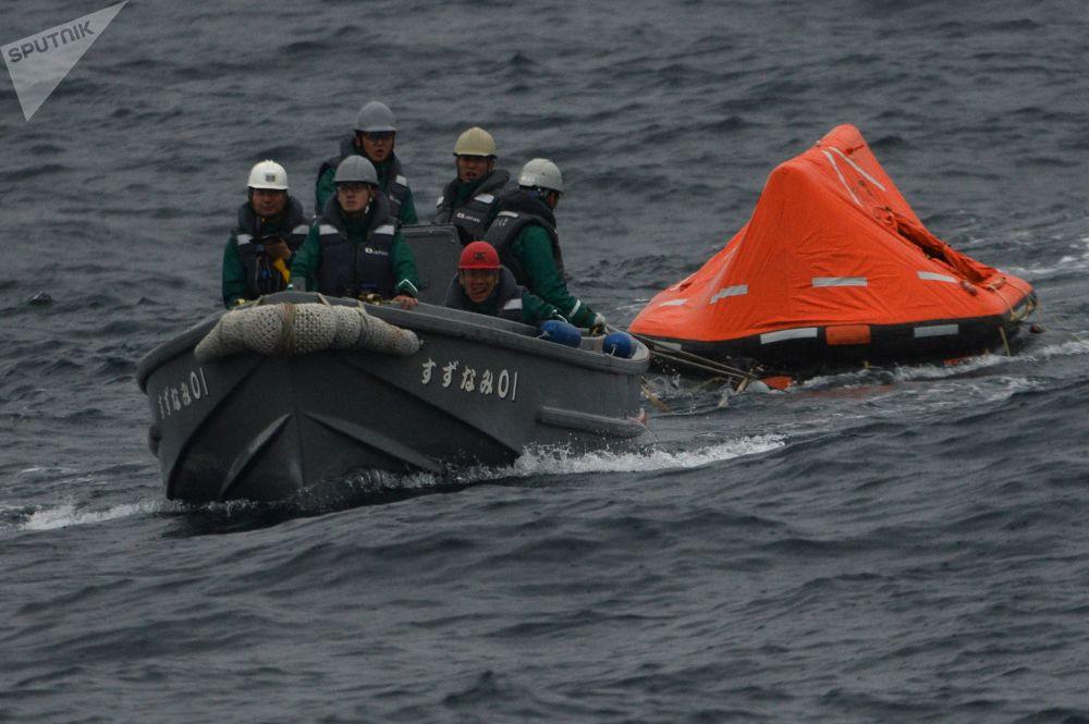 日本水手在「Sareks-2019」海上搜救演習中