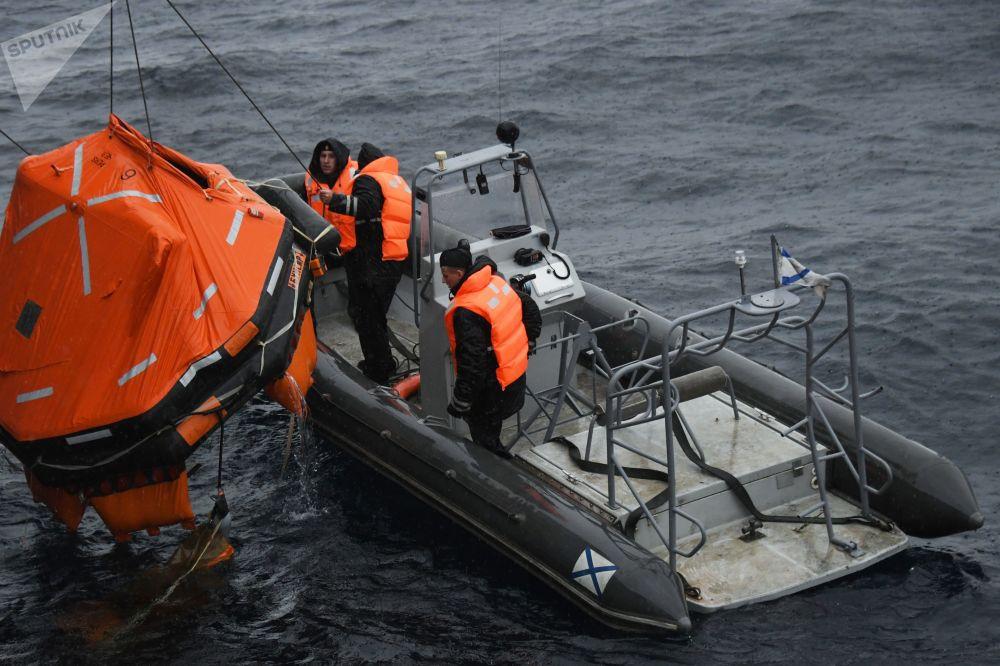 俄羅斯軍人在「Sareks-2019」海上搜救演習中