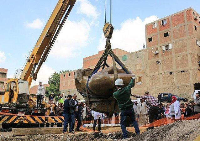 考古學家發現一尊淹沒在地下水中、高達八米的埃及法老拉美西斯二世雕像
