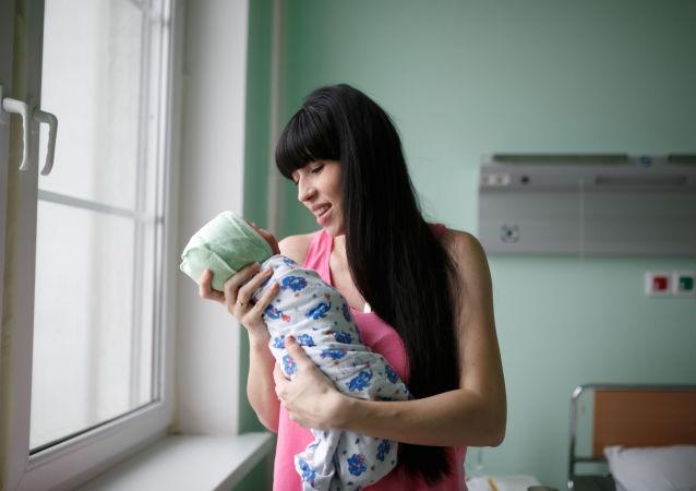 哈薩克斯坦一名女子兩月內生下兩個孩子