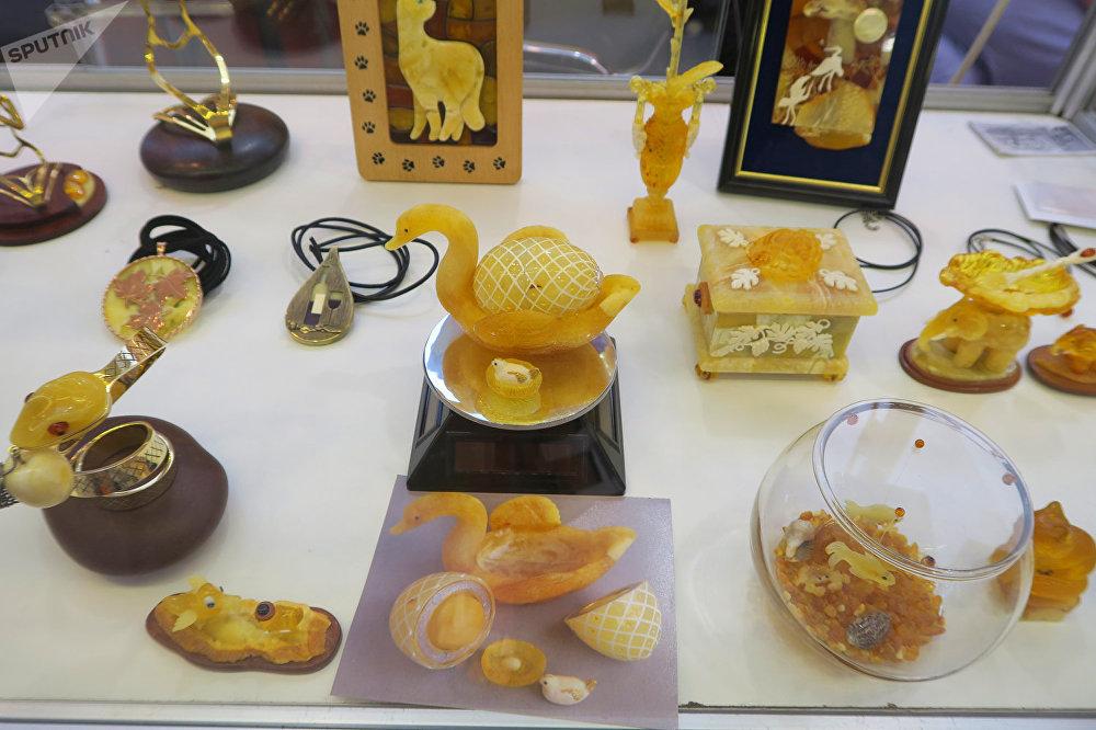 來自俄羅斯、中國、波蘭和立陶宛的50家生產廠家在琥珀珠寶展上展出了自己的產品。