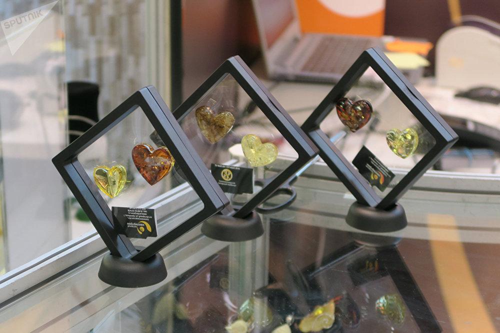 琥珀不僅可以製作珠寶飾品,還可以製作各種小雕像。
