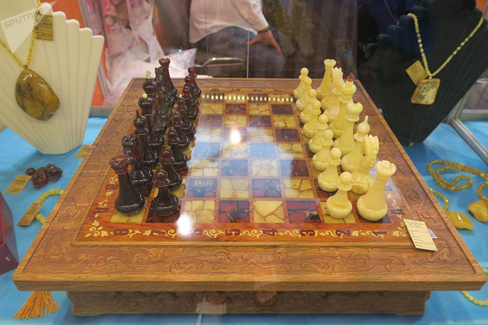 各種形狀琥珀製成的象棋。