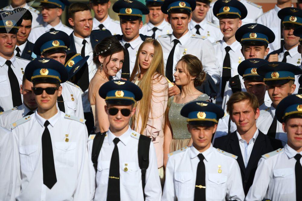 克里姆林宮國家大禮堂里的俄羅斯中學畢業生