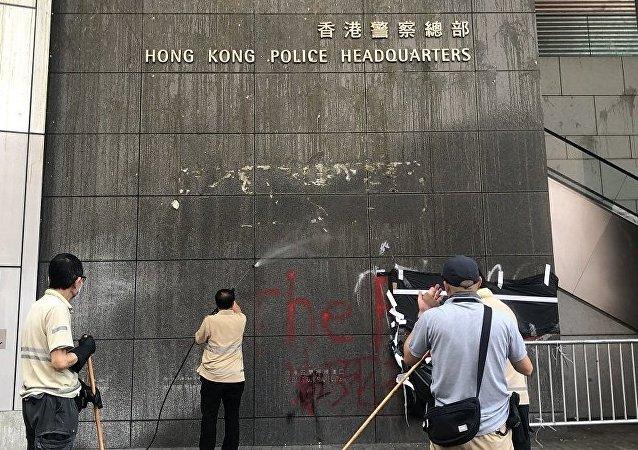 包圍香港警察總部的示威者散去