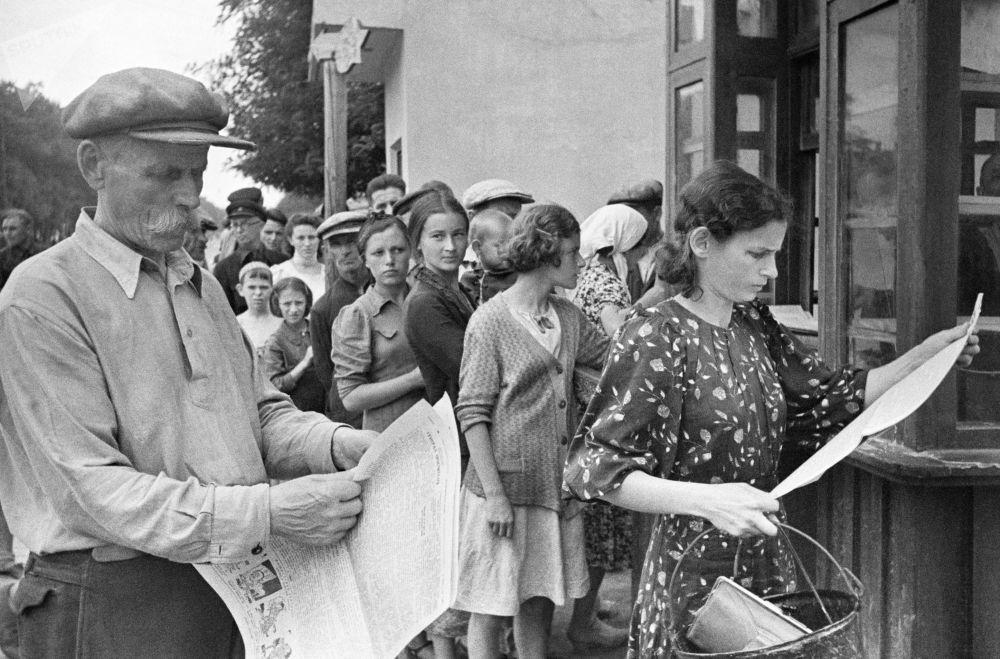 敖德薩市民們在戰爭期間閱讀報紙。