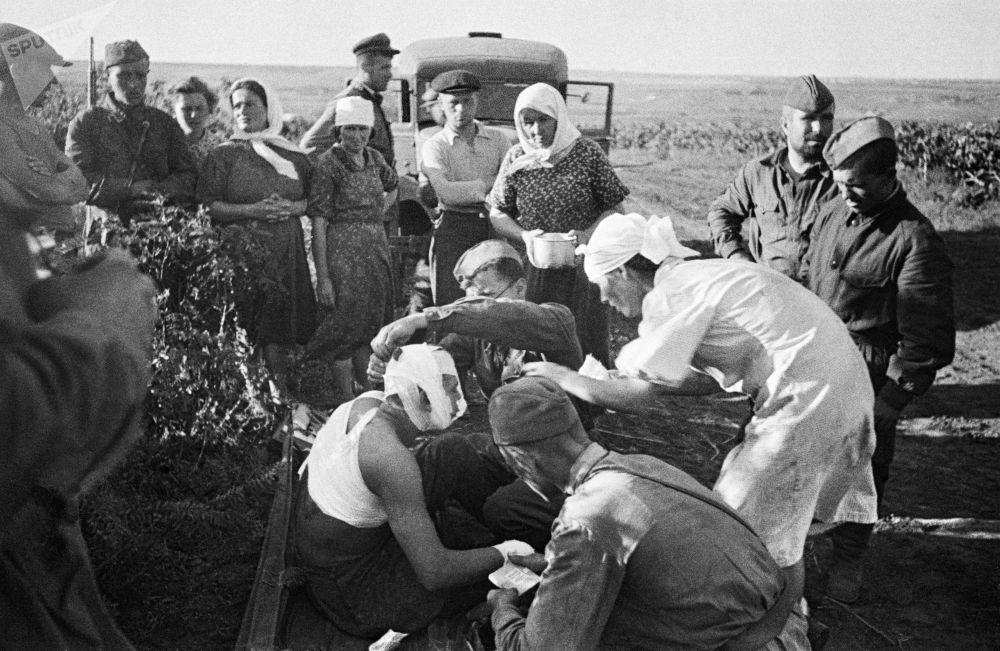 1941年6月23基希納烏被法西斯轟炸後,護士們為傷員們提供幫助。