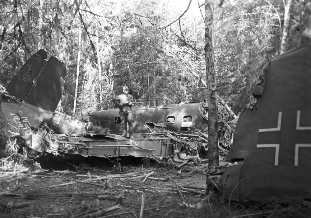 莫斯科郊外的樹林里被蘇聯防空炮手擊落的德國戰鬥機。
