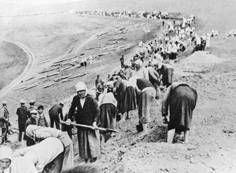 農莊莊園修築前線防禦陣地,1941年6月。