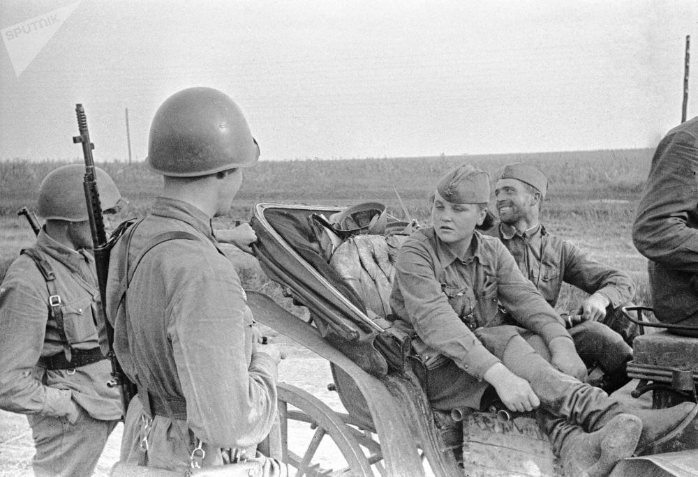 偉大的衛國戰爭期間,敖德薩女偵查員卡佳與戰士們談話,1941年7月。