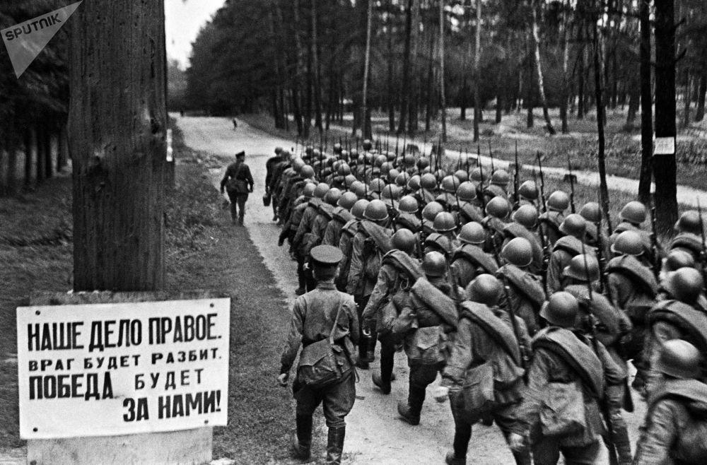 從莫斯科開往前線的士兵縱隊,1941年6月23日。