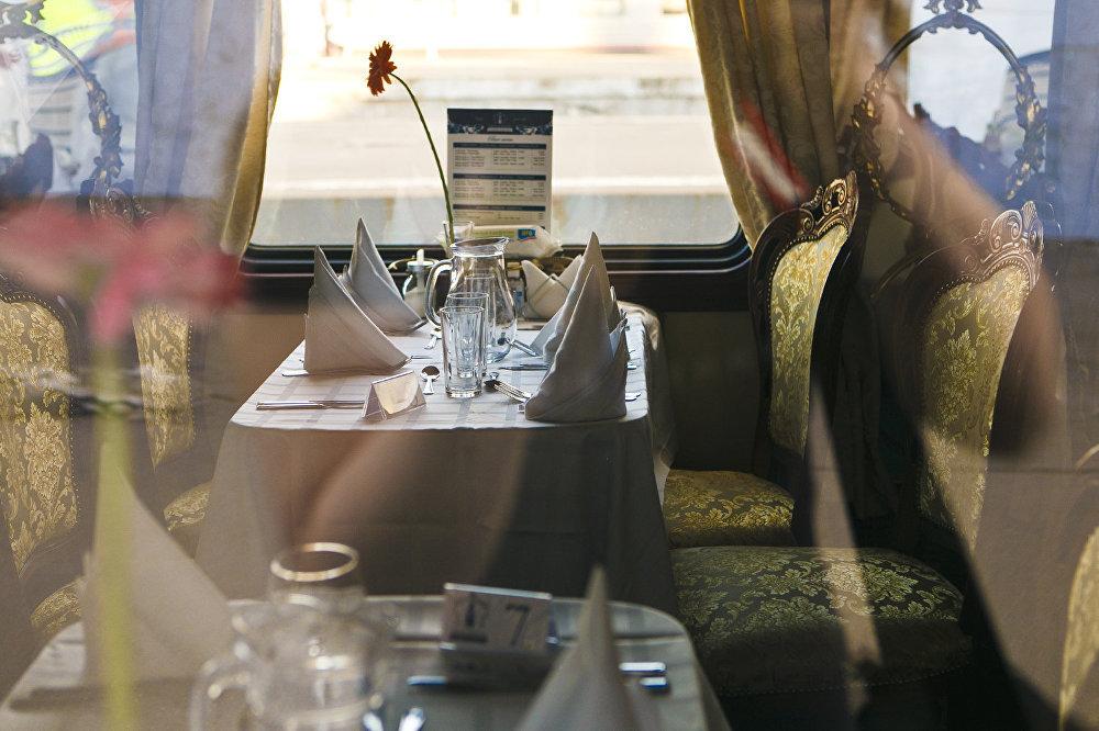 按俄羅斯帝國時代風格裝修的餐車車廂
