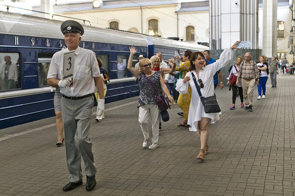 列車將在下列旅遊城市停車,以方便乘客遊覽參觀:喀山、葉卡捷琳堡、新西伯利亞、烏蘭烏德、烏蘭巴托和北京。乘客還會領略貝加爾湖風光
