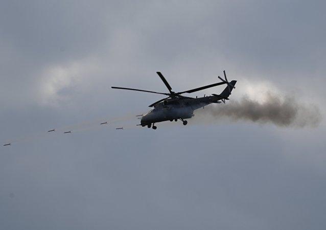 Вертолет Ми-35м во время динамического показа современных и перспективных образцов вооружений, военной и специальной техникина V Международном военно-техническом форуме Армия-2019.