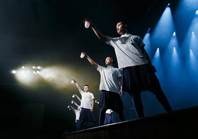 成家班的演員們在莫斯科劇院的舞台上