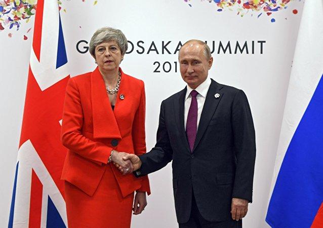 Президент РФ Владимир Путин и премьер-министр Великобритании Тереза Мэй во время встречи на полях саммита Группы двадцати в Осаке.
