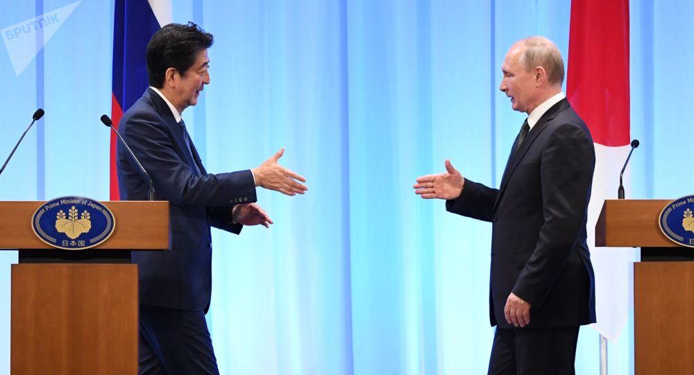 俄羅斯總統普京(右)和日本首相安倍晉三