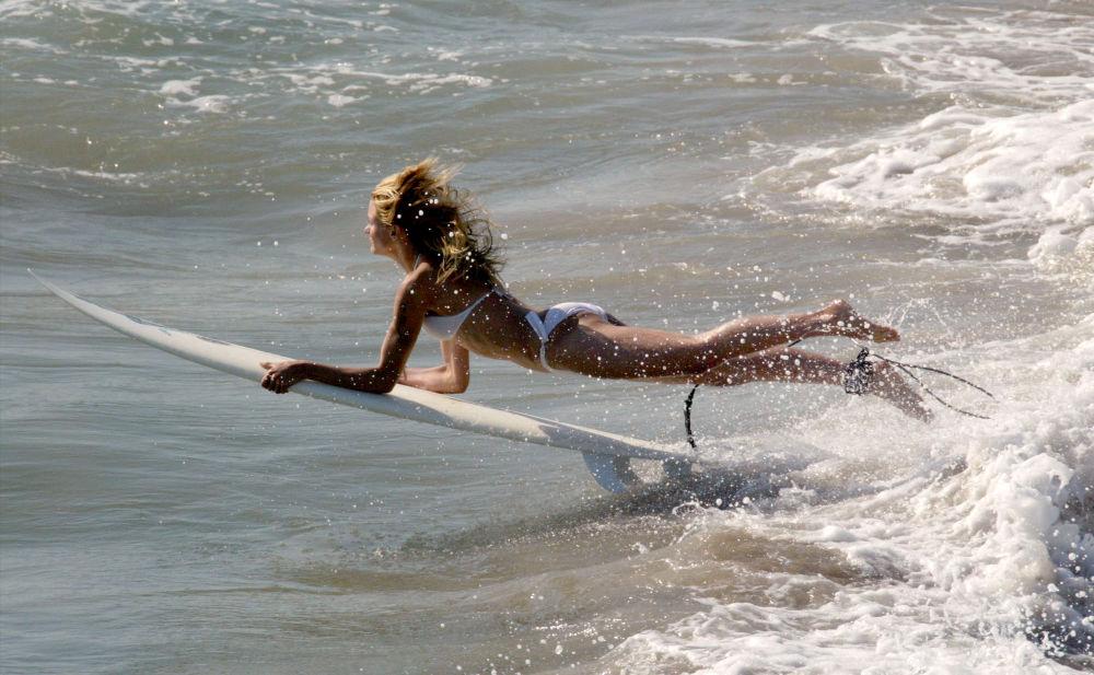 海邊和山上的比基尼女孩