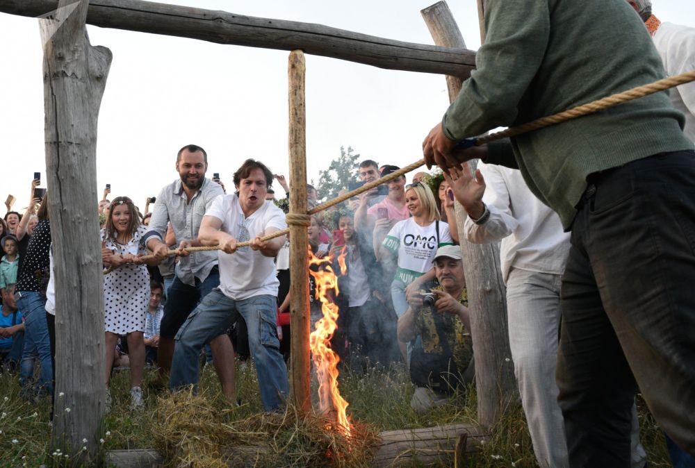 人們在伊凡·庫帕拉節上點燃火把