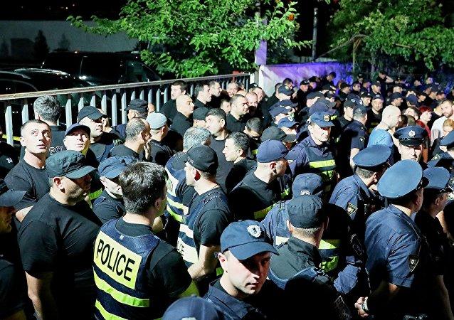 格魯吉亞公民自發在電視台大樓前舉行抗議活動