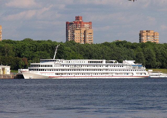 搭載300名外國遊客的四層游輪在雷賓斯克水庫擱淺