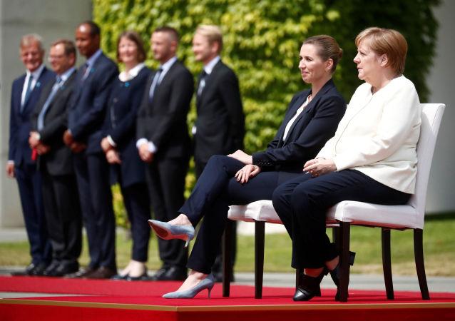 默克爾在歡迎到訪的丹麥首相時違反外交禮節