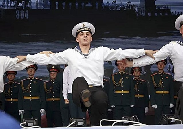俄軍歌舞團為中國軍人演唱「喀秋莎」