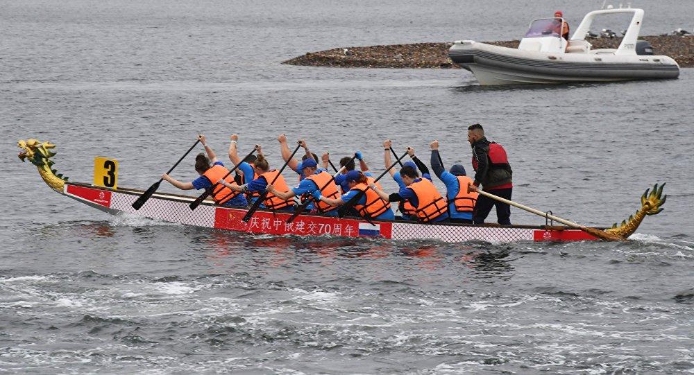 中國運動員參加符拉迪沃斯托克舉辦的龍舟賽