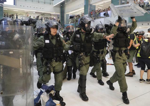 香港警方用橡皮子彈驅散示威者
