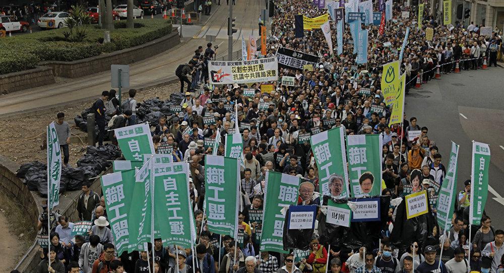 成千上萬港人參加新的示威活動