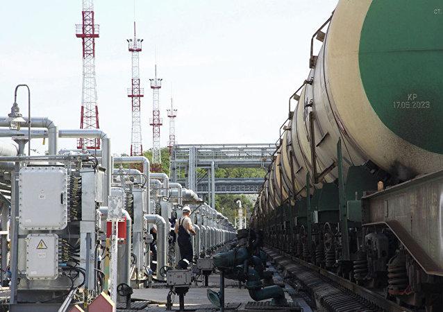 Цистерны в нефтеналивном порту
