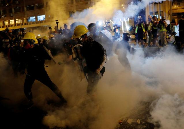 香港警方使用催淚彈驅趕示威者