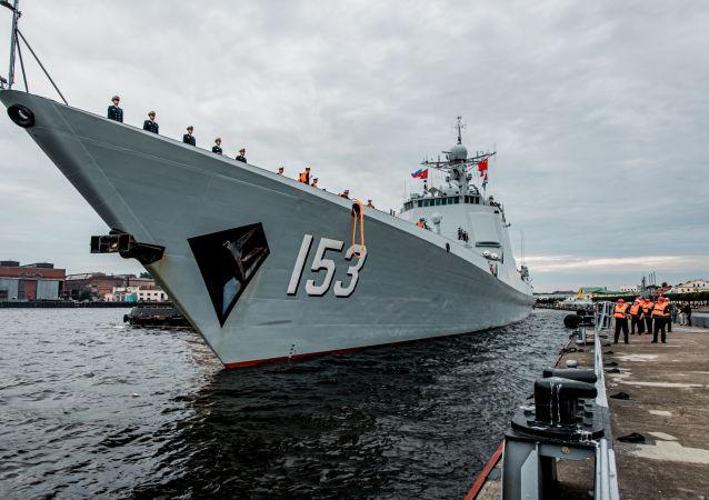 人們在聖彼得堡迎接導彈驅逐艦西安艦