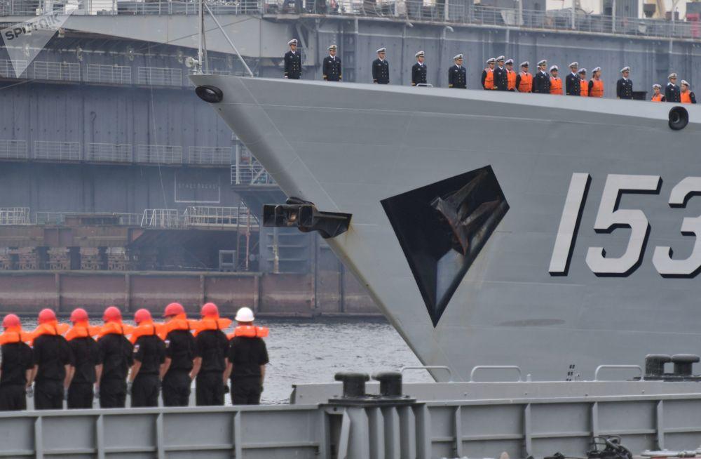 中國海軍導彈驅逐艦西安艦甲板上的船員
