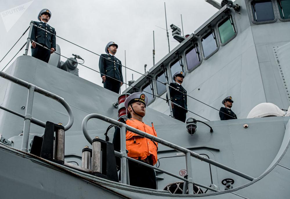 海軍導彈驅逐艦西安艦甲板上的船員