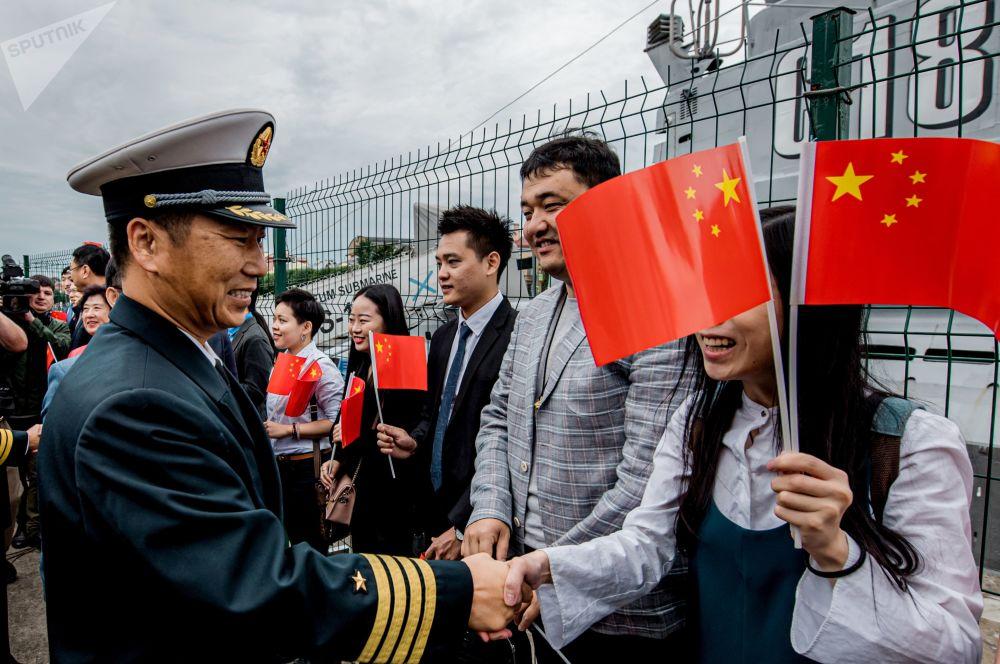 中國人民解放軍海軍第32批護航編隊指揮員趙衛東大校在為中國海軍導彈驅逐艦西安艦舉行的歡迎儀式上