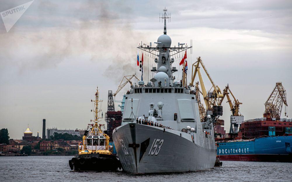 中國海軍導彈驅逐艦西安艦在聖彼得堡涅瓦河上