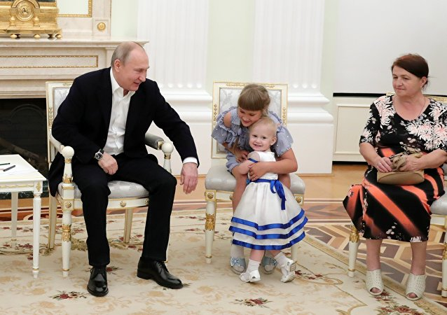 普京在克宮接見俄伊爾庫斯克州洪水受災家庭
