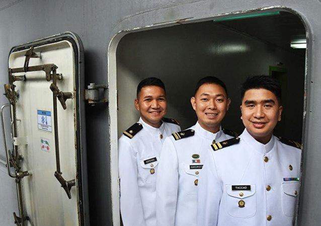 菲律賓海軍「南達沃」號直升機船塢登陸艦的艦員