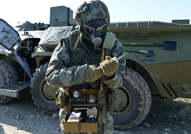 Военнослужащий войск радиационной, химической и биологической защиты (РХБЗ) РФ на тактико-специальных занятиях