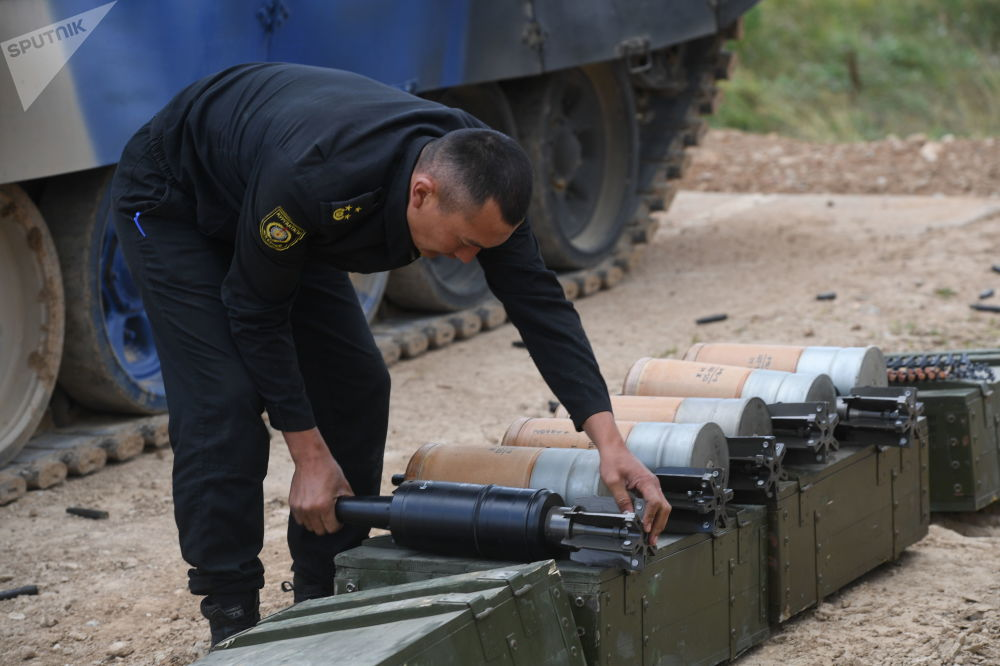 吉爾吉斯斯坦軍隊一名軍人在為T-72B3坦克準備彈藥。