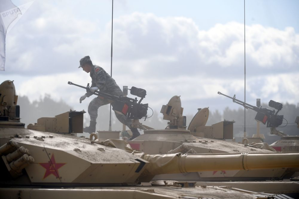 中國軍隊一名軍人駕駛99式坦克(ZTZ-99)在「坦克兩項-2019」國際比賽前瞄靶射擊。