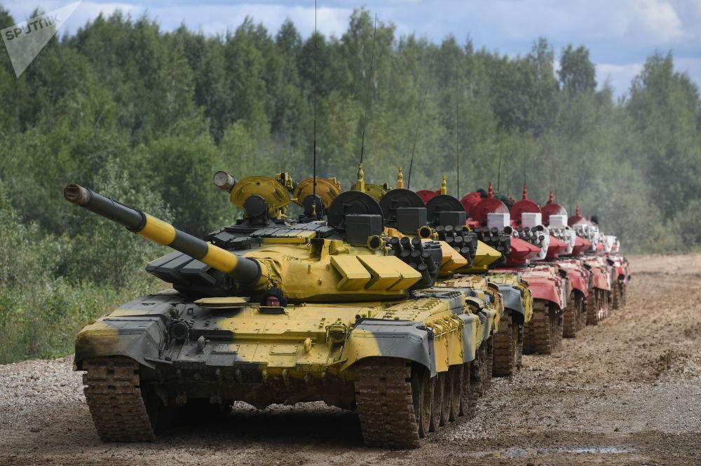 「坦克兩項-2019」國際比賽籌備期間的T-72B3坦克縱隊